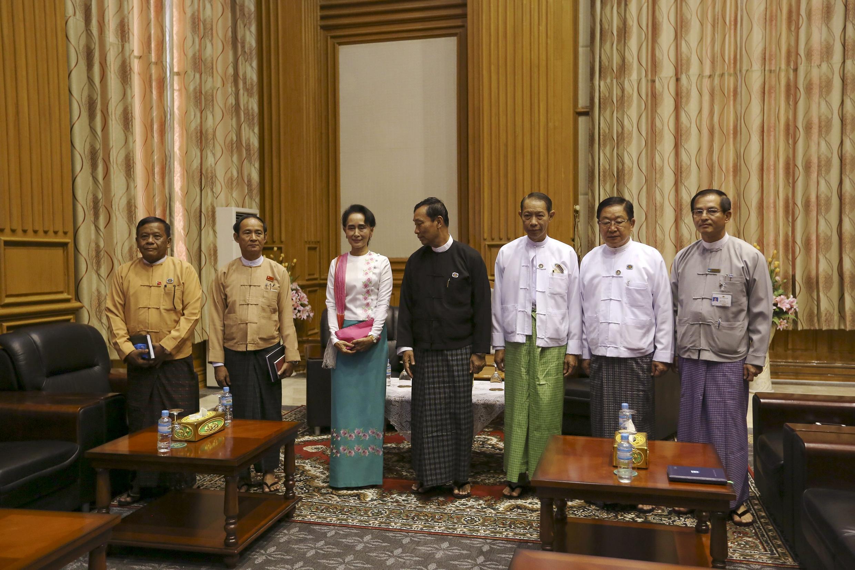 Chủ tịch Quốc hội Shwe Mann (áo thẫm) và bà Aung San Suu Kyi, trong cuộc gặp tại Naypyitaw, ngày 19/11/2015