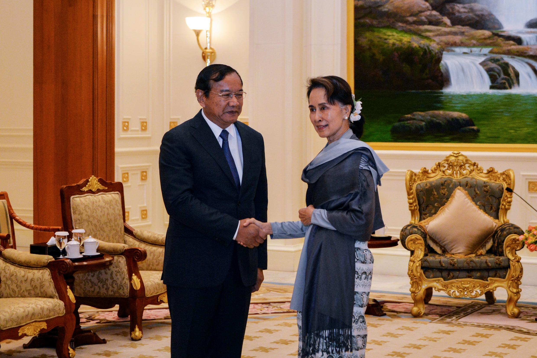 Lãnh đạo chính phủ dân sự Miến Điện Aung San Suu Kyi (P) gặp ngoại trưởng Cam Bốt Prak Sokhonn, Naypyidaw, ngày 01/02/2019.