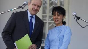 Фото:  Ален Жюппе и Аун Сан Су Чжи, 15 января 2011 года