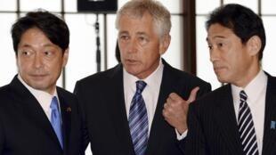10月2日,美国防长哈格尔(中)与日本外相岸田文雄(右)、防卫相小野寺五典(左)交谈。