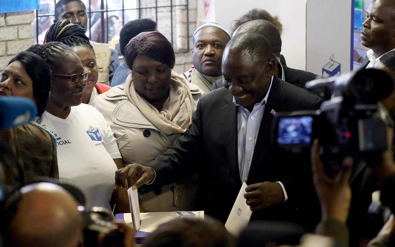 El presidente sudafricano Cyril Ramaphosa votando en las elecciones del 8 de mayo.