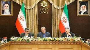 Behrouz Kamalvandi, director de l'Organización iraní de la Energía Atómica junto a Abbas Araghchi, vice-canciller y Ali Rabiei, portavoz del gobierno, en conferencia de prensa el 7 de julio 2019