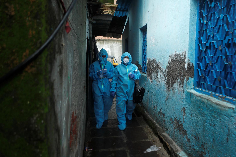 Des personnels soignants viennent faire des tests du coronavirus à Bombay