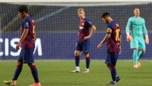 'Yan wasan Barcelona Luis Suarez da Lionel Messi yayin jimamin mummunan kayen da suka sha a hannun takwarorinsu na Bayern Munich