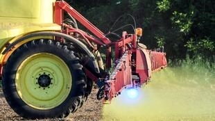 Pulvérisation d'herbicide à base de glyphosate produit par le géant américain de l'agrochimie Monsanto sur un champ de maïs sans labour à Piace, dans le nord-ouest de la France.
