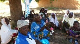 Réunion de sensibilisation des femmes rurales au Burkina Faso.