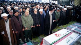 Le guide suprême iranien, l'ayatollah Ali Khamenei, et le président iranien Hassan Rohani prient devant le cercueil du général Qassem Soleimani, tué vendredi 3 janvier 2020 par une frappe américaine en Irak.
