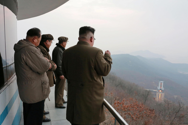图为朝鲜领袖金正恩视察军事科学院军事设施