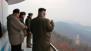 圖為朝鮮領袖金正恩視察軍事科學院軍事設施