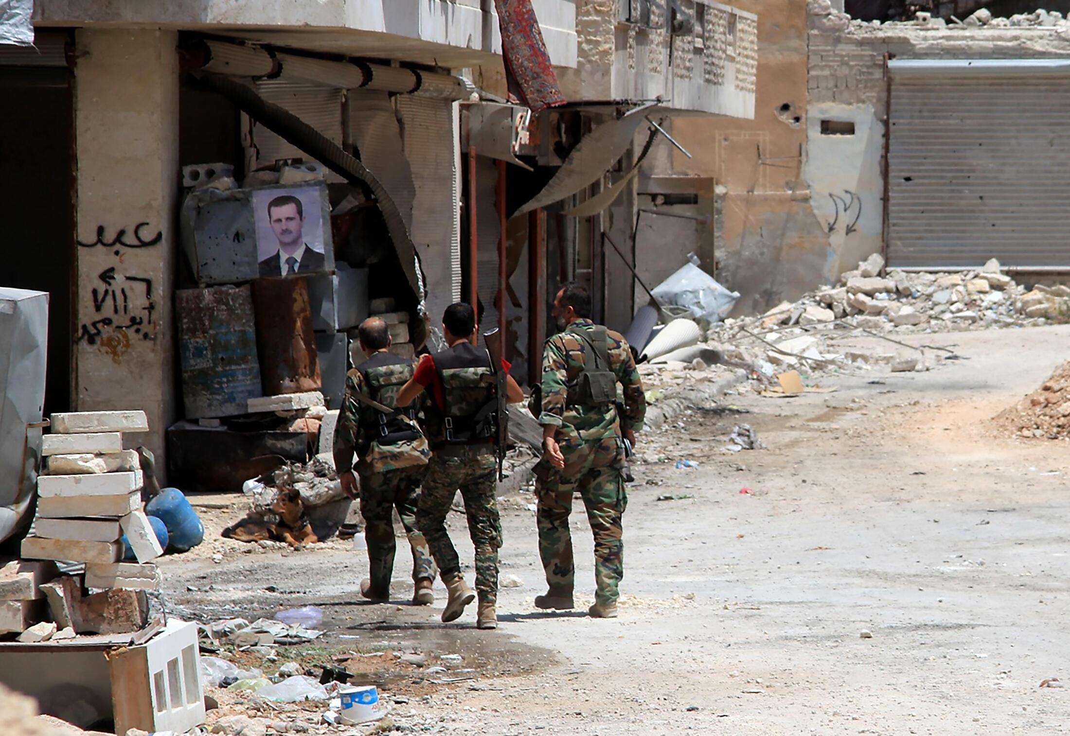 Forças governamentais patrulham bairro de al-Khalidiya em Alepo. 28/07/16