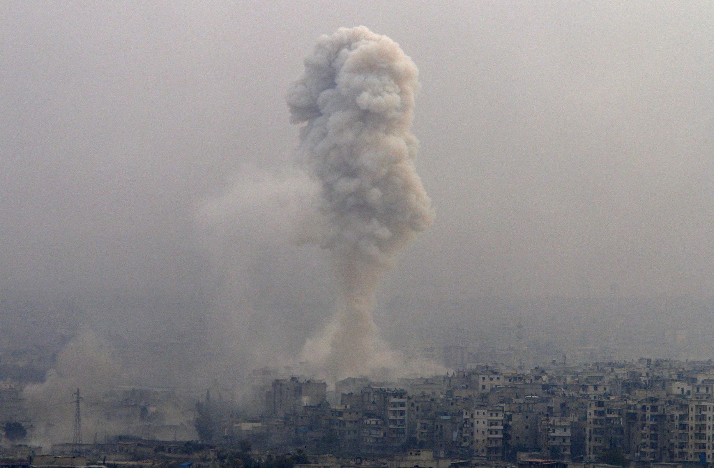 Les bombardements continuaient sur Alep-est, la zone contrôlée par les rebelles, et assiégée par le régime, le 5 décembre 2016, .