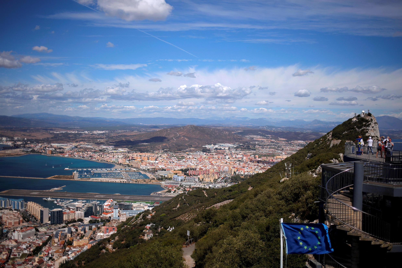 Vue générale de la ville espagnole de Linea de la Concepcion, frontalière du territoire de Gibraltar, et à gauche le tarmac de l'aéroport de Gibraltar. À droite le rocher de Gibraltar,  426 mètres au-dessus du niveau de la mer..