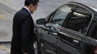 Presidente foi fotografado ao deixar maternidade em Paris, nesta tarde.