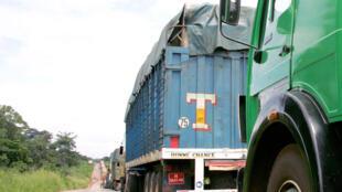 Des camions qui transportent de la marchandise attendent lors d'une opération de contrôle (Photo d'illustration).