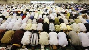 Fiéis muçulmanos lotam a mesquita de Marselha, no sul da França, para celebrar o fim do Ramadã, na festa conhecida como Eid al-Fitr, nesta quinta-feira, 8 de agosto de 2013.