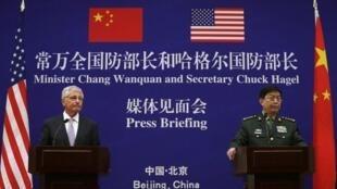 美國防長哈格爾(左)和中國防長常萬全在中國國防部記者會上2014年4月8日北京