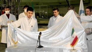 Tổng thống Iran Mahmoud Ahmadinejad (người thứ tư từ trái sang phải) dự lễ khánh thành một cơ sở hạt nhân mới tại Tehran, ngày 15/02/ 2012.