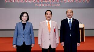 存档图片:2020年台湾大选三名总统候选人 蔡英文(左)宋楚瑜(中)韩国瑜(右) Image d'archive: Tsai Ing-wen, James Soong Chu-yu et Han Kuo-yu, les trois candidats à la présidentielle taïwanaise réunis à Taipei pour leur premier débat télévisé le 18 décembre dernier.