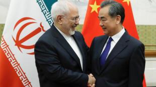 Ngoại trưởng Trung Quốc Vương Nghị (Wang Yi - phải) tiếp đồng nhiệm Iran Mohammad Javad Zarif, tại Bắc Kinh, ngày 13/05/2018