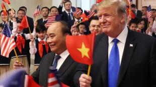 Tổng thống Mỹ  Donald Trump (P) và thủ tướng Việt Nam Nguyễn Xuân Phúc tại Hà Nội, ngày 27/02/2019.