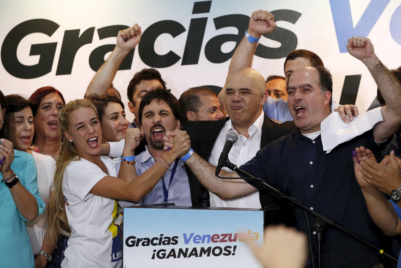 Các lãnh đạo đối lập Jesús Torrealba, Tổng thư ký đảng MUD và nhà đối lập Leopoldo López ăn mừng thắng lợi bầu cử - Reuters