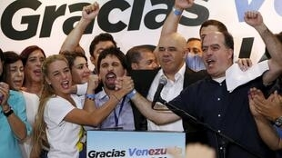 Figuras de la oposición (entre ellas Jesús Torrealba, secretario ejecutivo de la MUD, y Lilian Tintori, esposa del opositor Leopoldo López) en conferencia de prensa, este 7 de diciembre de 2015.