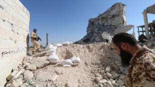 Rebeldes sírios nas ruínas do centro de pesquisas de Aleppo.