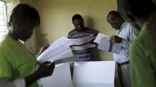 En un centro de voto de la capital, los electores consultan las largas papeletas para poder votar. REUTERS/Andres Martinez Casares