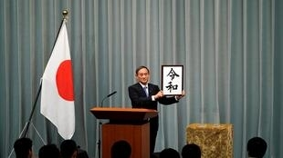 Chánh văn phòng nội các Nhật, Yoshihide Suga công bố niên hiệu triều đại Lệnh Hòa của Nhật Bản, tại Tokyo ngày 01/04/2019.
