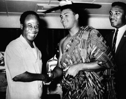 Le président du Ghana Kwame Nkrumah reçoit le boxeur Mohammed Ali (d) le 23 mai 1964.