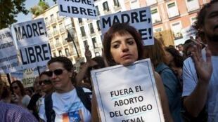 Phụ nữ biểu tình tại Madrid chống lại luật cấm phá thai - AFP / Dani Pozo