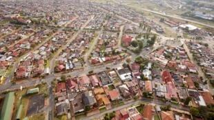 Vue aérienne du township de Soweto en Afrique du Sud. La première école publique entièrement dédiée aux enfants autistes a été inaugurée dans le township de Soweto à Johannesburg.