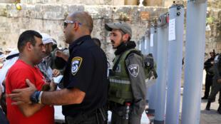 Des détecteurs de métaux ont été installés aux entrées de l'esplanade des Mosquées à Jérusalem, dimanche 16 juillet.
