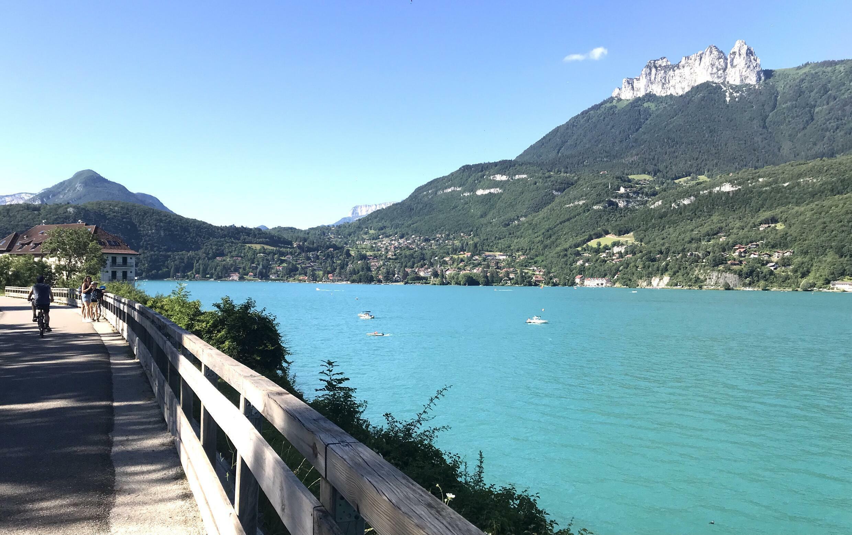 Annecy có cung đường dành cho xe đạp, dài 40km khép kín quanh mặt hồ rộng hơn 27km2.