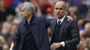 Kocha wa Manchester United, Jose Mourinho (kushoto) akiwa na mwenzake wa Manchester City, Pep Guardiola (kulia), wakikumbatiana wakati timu zao zilipokutana hivi karibuni.