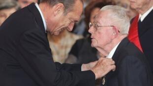 2005, ông Maurice Allais được cựu tổng thống Chirac khen thưởng (AFP)