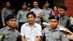 缅甸两名记者瓦龙(Wa Lone)和觉梭(Kyaw Soe Oo)走出仰光法庭      2018年8月20日