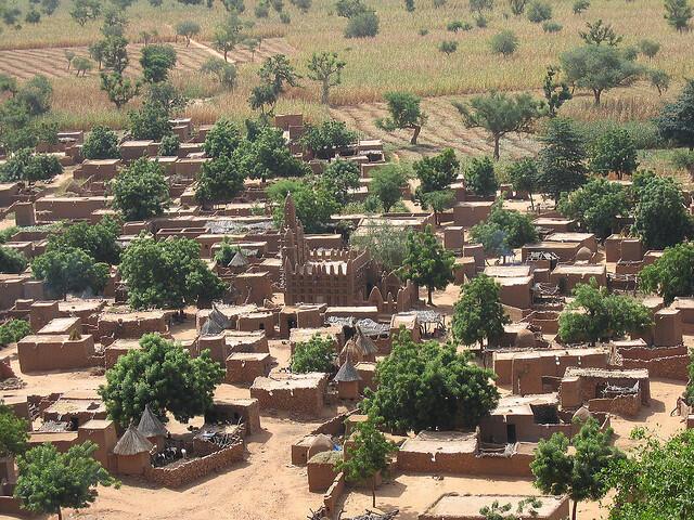 L'église règne au centre de ce village Dogon.