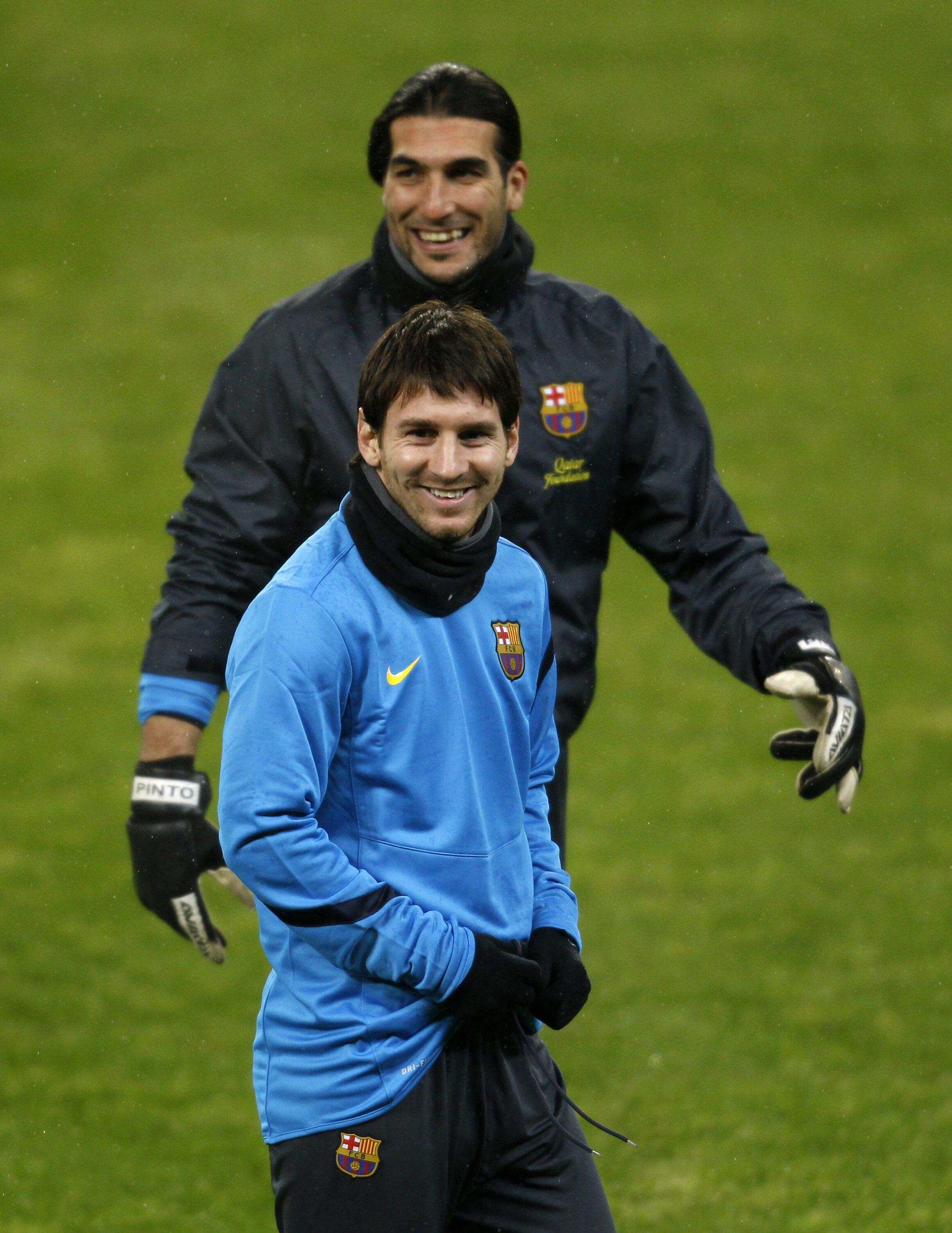 O jogador do Barcelona Lionel Messi treina na véspera do jogo contra o Bayern Leverkusen.