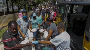La municipalidad de Sao Paulo entrega alimentos en el centro de la ciudad el 23 de marzo de 2021