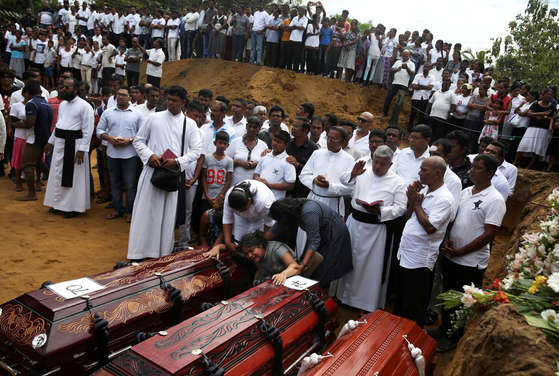 Funeral de algumas das 359 vítimas mortais, dois dias depois dos atentados no Sri Lanka no Domingo de Páscoa