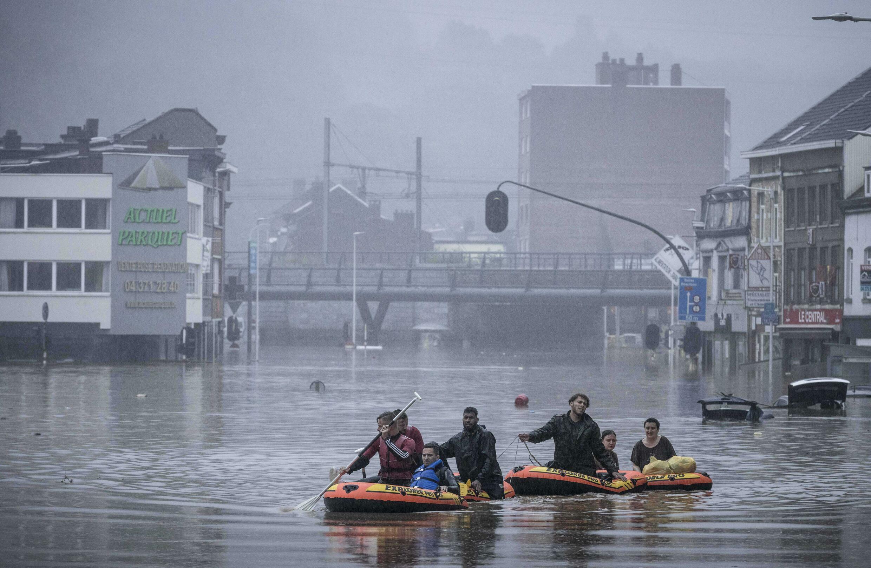 A Liège, certains habitants ont utilisé des radeaux pour se déplacer dans la ville après que les pluies diluviennes ont fait monter le niveau de la Meuse