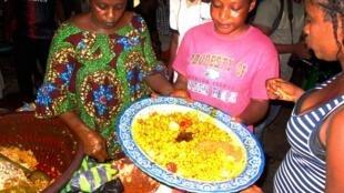 Chaque dimanche, l'AG Fouti-Lafidy convie politiques et citoyens autour d'un plat traditionnel en banlieue de Conakry.