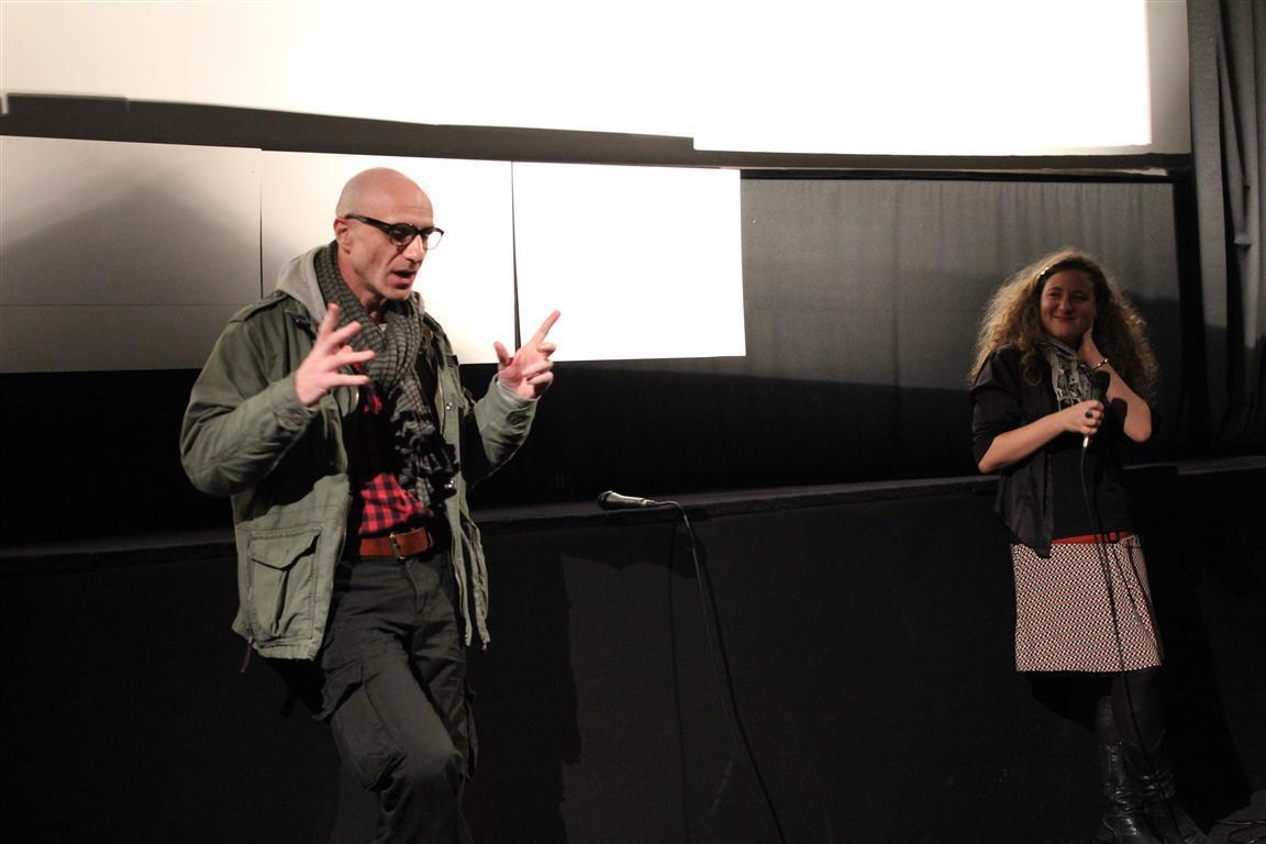 Режиссер Виктор Шамиров на встрече с парижскими зрителями. Ему помогает с переводом киновед Евгения Звонкина