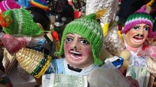 Des figurines du Dieu de l'abondance, Ekeko, lors de la fête des Alasitas, à La Paz.