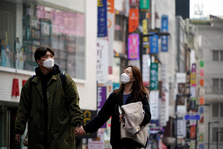 Tại Hàn Quốc, trong mùa dịch Covid-19, khẩu trang là vật bất ly thân khi ra đường. Ảnh chụp tại Seoul (Hàn Quốc) ngày 12/03/2020.