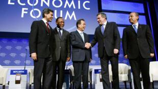 Le rédacteur en chef du Newsweek International Fareed Zakaria, le président sud-africain Kgalema Motlanthe, le Premier ministre sud-coréen Han Seung-soo, le Premier ministre britannique Gordon Brown et le président mexicain Felipe Calderon au Forum de Dav