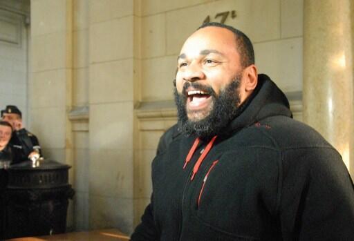 Dieudonné M'bala M'bala tới tòa hình sự Paris, ngày 13/12/2013, nơi diễn viên này bị xét xử vì tội danh nhục mạ và báng bổ các thành viên của một sắc tộc hay một tôn giáo.