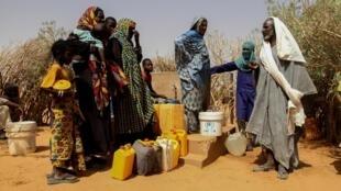 Réfugiés du camp de Mbera, en Mauritanie, s'approvisionnant en eau, le 29 mai 2019.