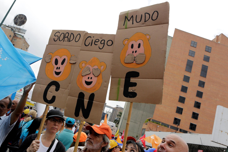 Les militants d'opposition manifestent, le 14 mai 2016, pour réclamer un référendum sur la démission du président vénézuélien Nicolas Maduro.